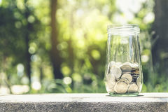 Mynt i en glass krus Fotografering för Bildbyråer
