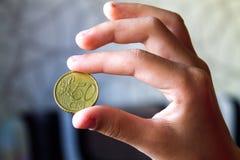 Mynt i en hand, pengar av Europa, 50 cent Arkivfoto