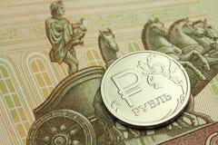 mynt i en sedel för rysk rubel i hundra rubel royaltyfria bilder