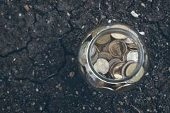 Mynt i flaskan, det växande begreppet för pengar och målframgången fotografering för bildbyråer