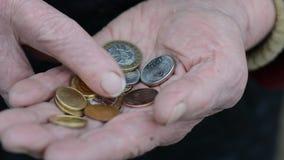 Mynt i händer för gammal kvinna Äldre räkna för kvinna av mynt för liten ändring Affärsarmodbegrepp stock video
