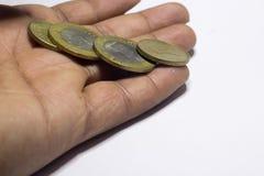 Mynt i h?nder coins sparande f?r stapel f?r begreppshandpengar skyddande royaltyfri bild
