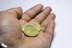 Mynt i h?nder coins sparande f?r stapel f?r begreppshandpengar skyddande fotografering för bildbyråer