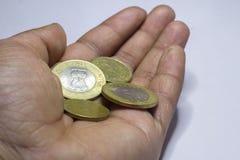 Mynt i h?nder coins sparande f?r stapel f?r begreppshandpengar skyddande arkivbild