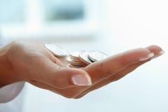 Mynt i hand fotografering för bildbyråer