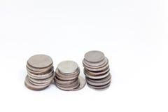 Mynt isolerad thailändsk valuta i bakgrund och Royaltyfri Bild