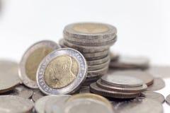 Mynt isolerad thailändsk valuta i bakgrund och Arkivbilder