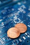 Mynt och bräde för utskrivaven strömkrets fotografering för bildbyråer