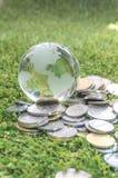 Mynt och crystal jordklot Royaltyfri Fotografi