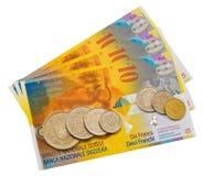 Mynt och färgrika räkningar. royaltyfri foto