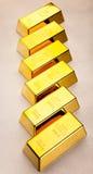Mynt och guld- stänger, omgivande finansiellt begrepp royaltyfria bilder