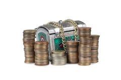 Mynt och metallbröstkorg sju Arkivbild