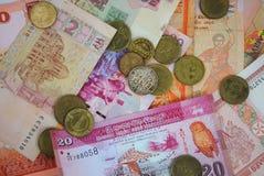 Mynt och sedlar av olika länder Arkivbild