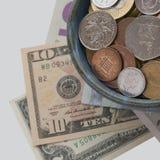 Mynt och sedlar från olika länder arkivbilder
