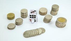 Mynt och tärning , Thailändsk dobbleri på vit bakgrund Royaltyfri Fotografi
