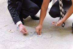 Mynt på asfalt fotografering för bildbyråer