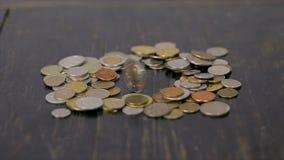 Mynt på den svarta tabellnärbilden arkivfilmer