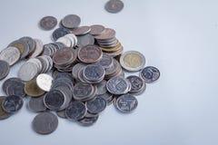 Mynt på den vita tabellen jpg Fotografering för Bildbyråer