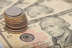 Mynt på dollaranmärkningar arkivbilder