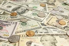 Mynt på dollarräkningar Royaltyfria Foton
