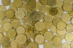 mynt på en isolerad bakgrund Sparande pengar som ackumulerar för förverkligandet av en dröm royaltyfri foto