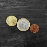 Mynt på en svart bakgrund Arkivfoto