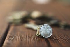 Mynt på skrivbordet Arkivbilder