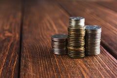 Mynt på skrivbordet fotografering för bildbyråer