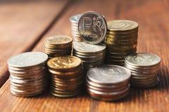 Mynt på skrivbordet royaltyfria foton