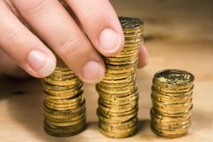 mynt som 1 staplar upp Arkivbilder