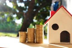 Mynt som förläggas på det trägolv-, affärsfinans- och pengarbegreppet, sparar pengar för förbereder sig i framtiden Arkivbild