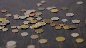 Mynt som faller på den svarta tabellen stock video