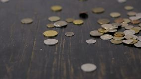 Mynt som faller på den svarta tabellen arkivfilmer