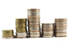 mynt som läggas ut i en hög Arkivbilder