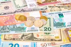Mynt som ligger över olikt valutasedeleuro, gör Arkivbild