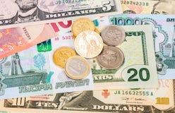 Mynt som ligger över olikt valutasedeleuro, gör Arkivfoto