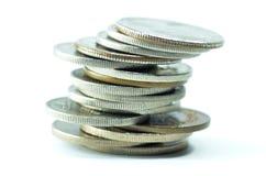 Mynt som staplas på de Arkivfoton