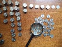 Mynt spridda på tabellen royaltyfria bilder