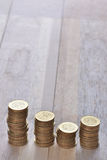 Mynt staplar i rad Arkivfoto