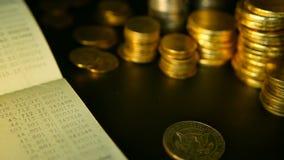 Mynt staplar och besparingbankkontobankboken begrepp för intecknar och fastighetsinvesteringen, för sparande eller investering stock video