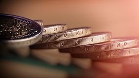 Mynt två euro lögn på tabellen Mynt på en suddig bakgrund Royaltyfri Foto