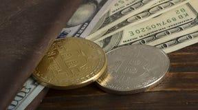 Mynta bitcoin mot kaotiskt ordnade 100 räkningar för en dollar Royaltyfri Bild