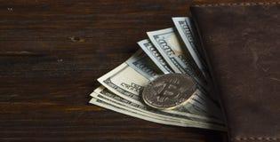 Mynta bitcoin mot kaotiskt ordnade 100 räkningar för en dollar Royaltyfria Bilder