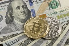 Mynta bitcoin mot kaotiskt ordnade 100 räkningar för en dollar Royaltyfri Fotografi