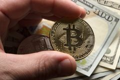 Mynta bitcoin mot kaotiskt ordnade 100 räkningar för en dollar Arkivbild
