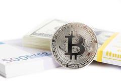 Mynta bitcoin och packa ihop packar av euro och dollar Arkivfoton