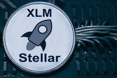 Mynta cryptocurrencyen som är stjärn- på bakgrunden av trådar och strömkretsar XLM arkivfoto
