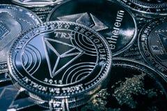 Mynta cryptocurrencyen Tron på bakgrunden av de huvudsakliga altcoinsna arkivbilder