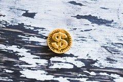 Mynta den söta dollaren på en trägrå bakgrund arkivfoton