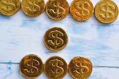 Mynta den söta dollaren på en trävit bakgrund royaltyfri fotografi